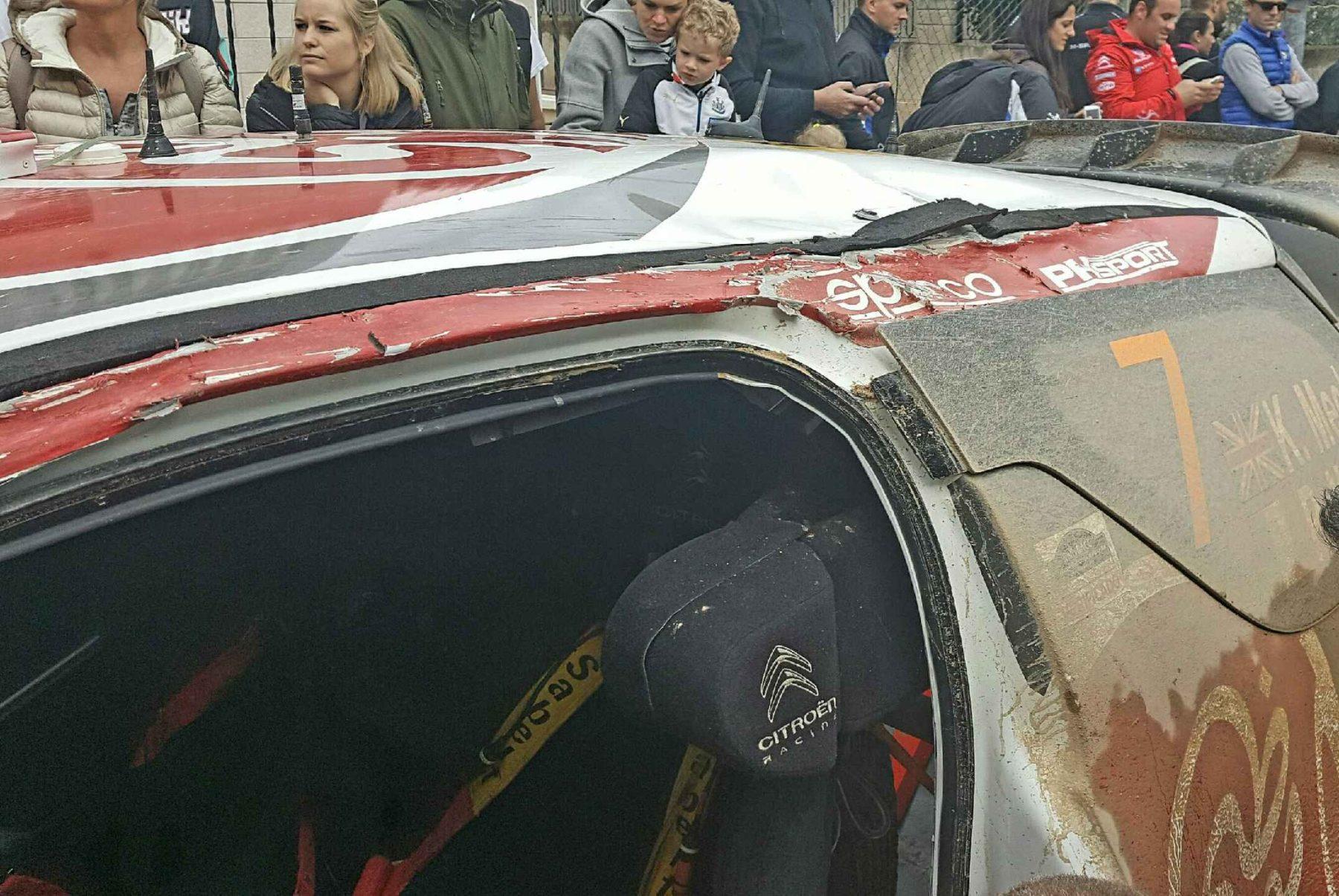 La vettura di Meeke dopo il cappottamento. Foto di Pipo Lopez