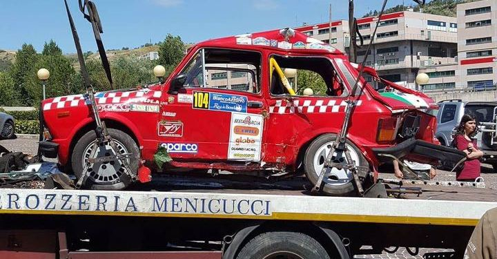 Auto rally contro muro, morto il pilota